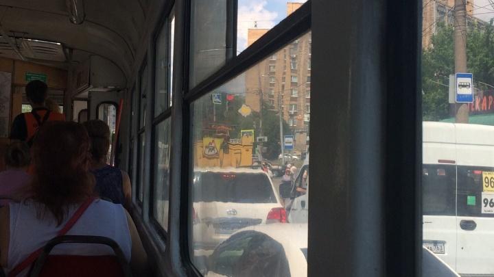 «Мы были вынуждены томиться в душном вагоне»: на улице Тухачевского встали трамваи