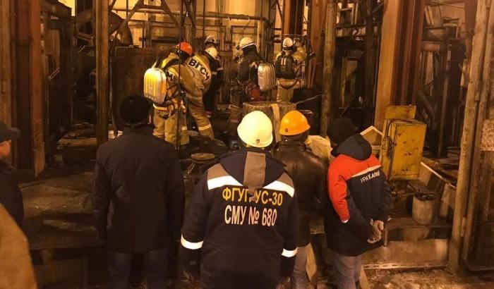 Спасатели пытаются потушить пожар в шахте