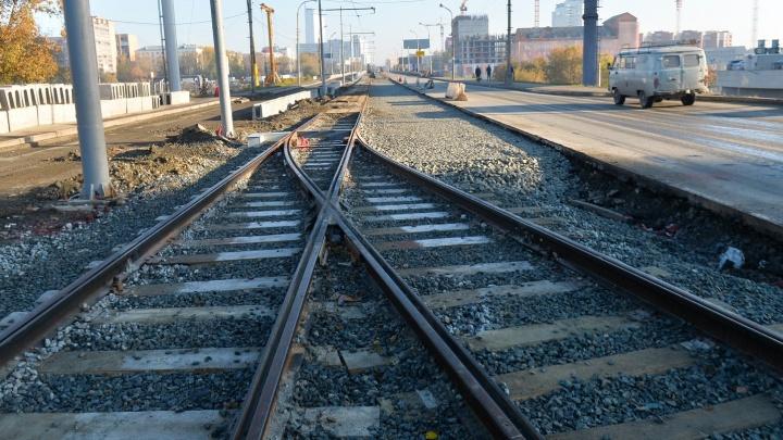 На Макаровском мосту положили новые трамвайные пути для реверсивного движения