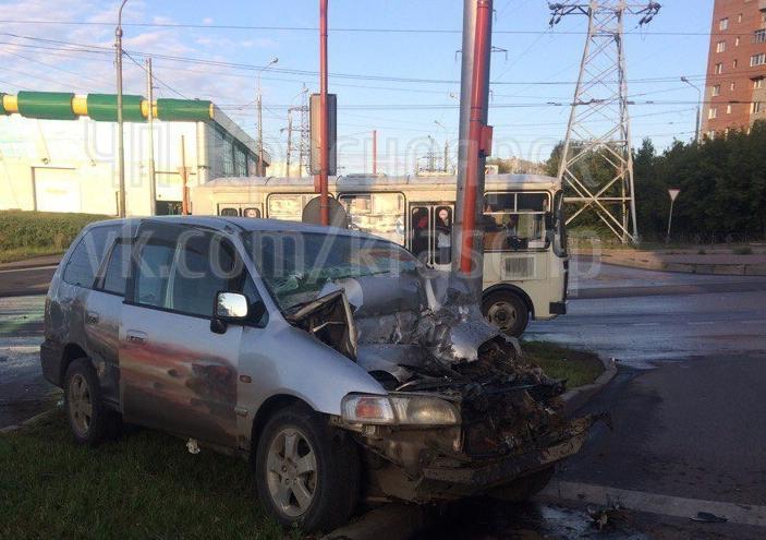 В Красноярске пьяный на универсале врезался в грузовик и протащил его через перекресток