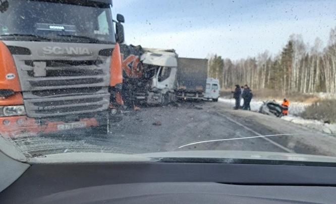 Один погиб, трое в тяжёлом состоянии: на трассе М-5 столкнулись три грузовика и легковушка