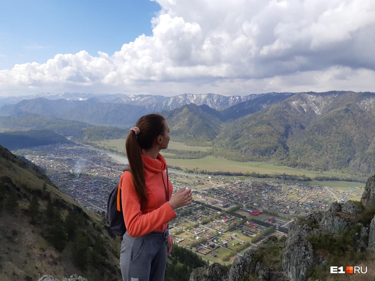 А это вид сверху. В мае на некоторых вершинах еще есть снег. А летом все горы зеленые. Панорама на центральную часть Чемала