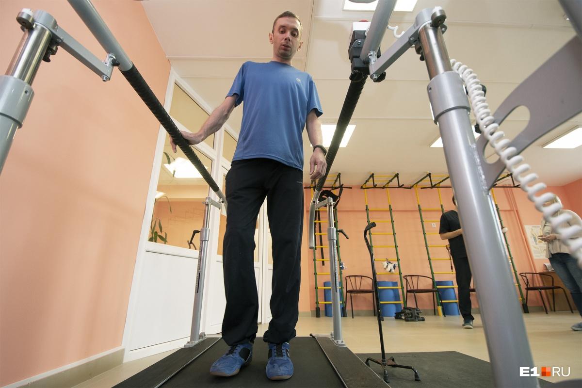 Тренажёр включают на самый медленный режим, и Анатолий пытается ходить без опоры. В этот момент он максимально сосредоточен