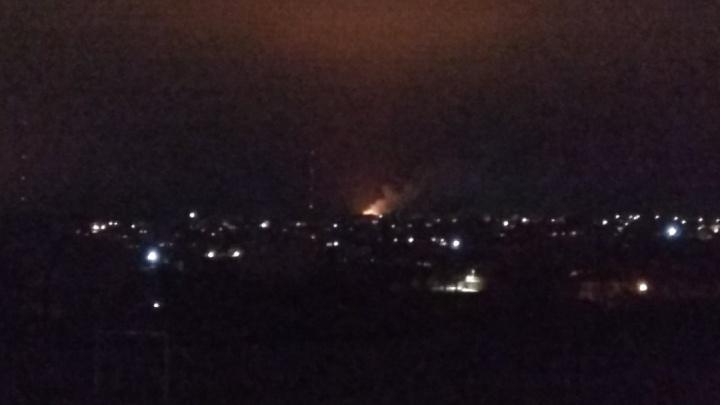 «Пламя видно за километры»: в Волгограде тушат большой пожар