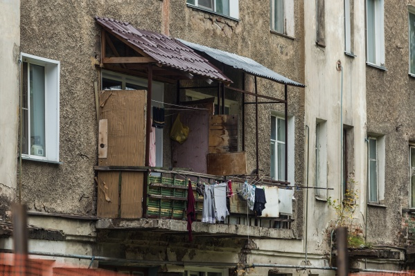 Две недели назад жильцы услышали треск в стенах и покинули свои квартиры