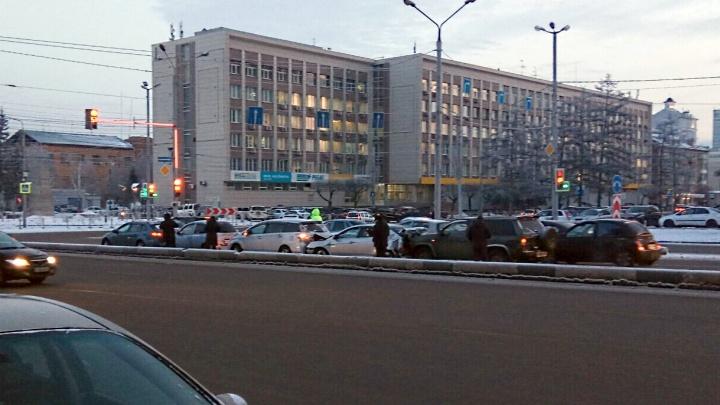 Пять машин собрались в «паровозик» на съезде с Коммунального моста