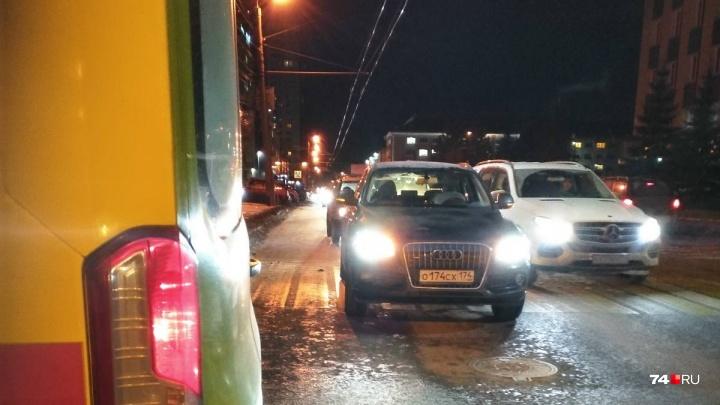 На переходе возле школы в центре Челябинска водитель Audi сбил ребёнка