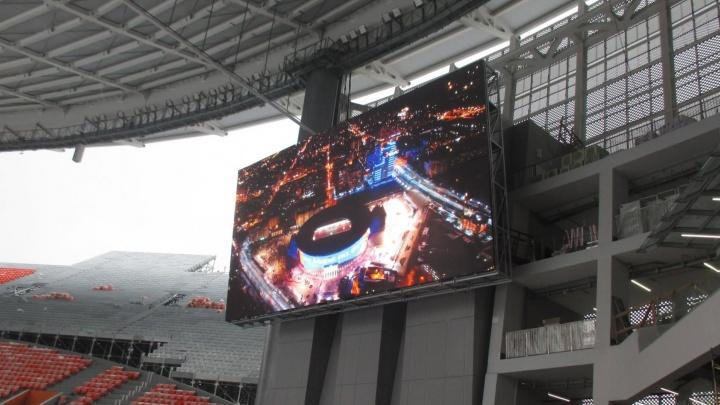 Внутри чаши Центрального стадиона установили два гигантских экрана