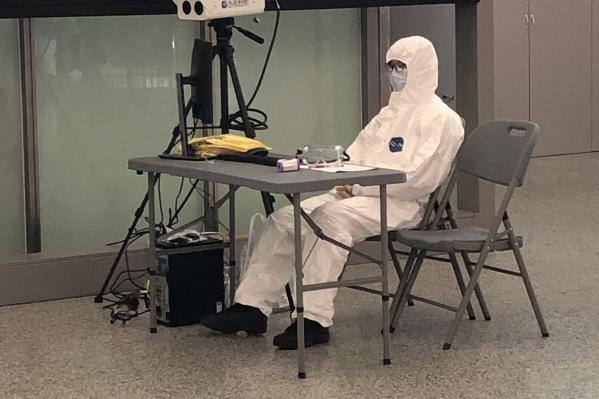 В аэропорту вдобавок к обычным пунктам досмотра появились такие специальные, с тепловизорами, которые измеряют температуру и оценивают состояние авиапассажиров