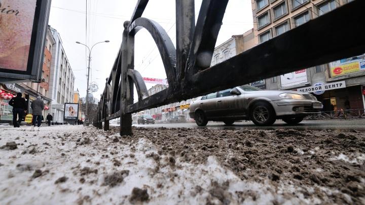 Потекли от соли: смотрим, как в Екатеринбурге и других городах России убирают снег