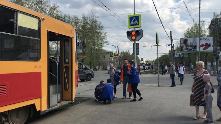 На Вторчермете неадекватный парень устроил драку в трамвае