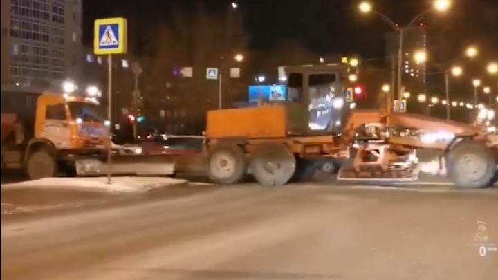 В мэрии Екатеринбурга объяснили, зачем грейдеры чистят дороги от снега, которого нет