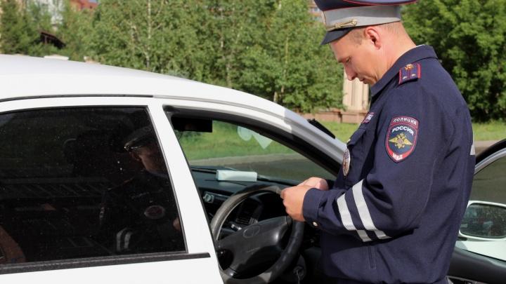 Каждый месяц в Красноярске ловят 50 водителей автобусов с телефоном за рулём