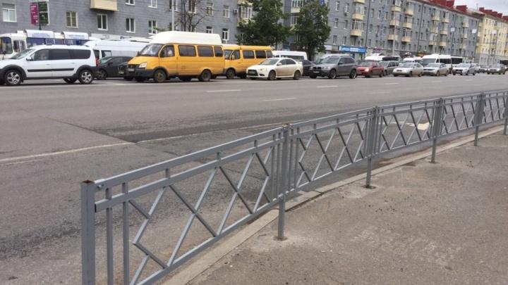 На одном из самых оживленных перекрестков Уфы установили пешеходные ограждения
