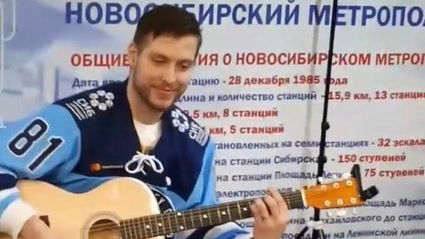 Хоккеисты «Сибири» спустились с гитарами в переход метро на площади Ленина