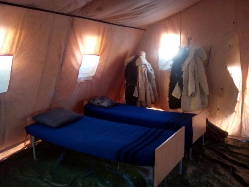 Внутри палатки можно согреться и отдохнуть