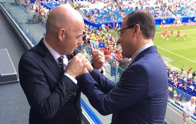 Первый и единственный: в Самаре президенту FIFA вручили памятный значок