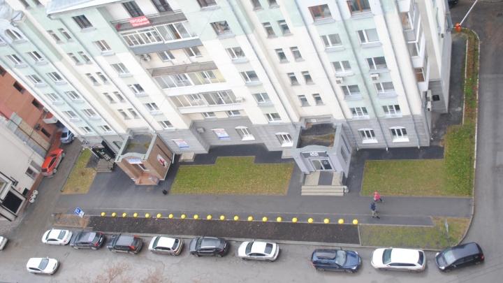 Предприниматель построила за свой счёт парковку. Власти сделали на ней газон
