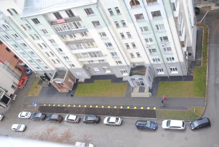 Ещё в начале ноября в этом месте была парковка —теперь машины стоят вдоль проезжей части