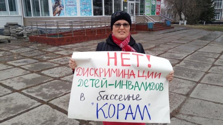 Омичка вышла на одиночный пикет против дискриминации её сына-аутиста в бассейне
