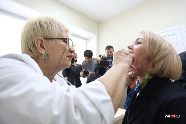 Перед вакцинацией Ирина Гехт прошла обязательный осмотр врача