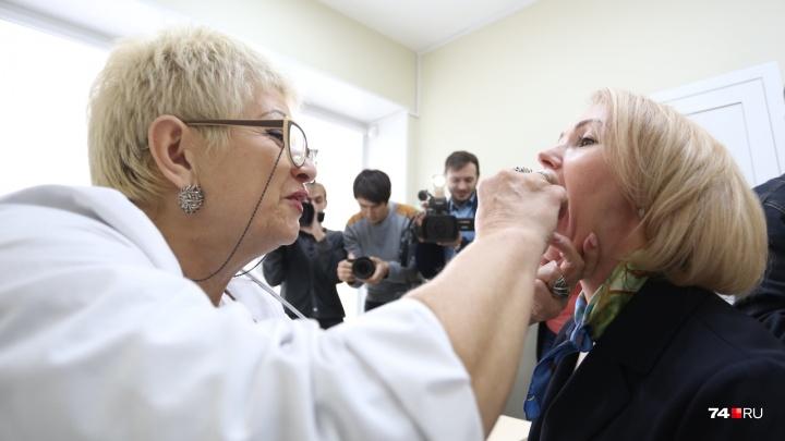 Как школьники: вице-губернатор и министры Челябинской области поставили прививки от гриппа