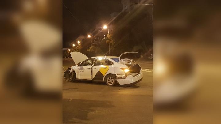 Водитель «Яндекс.Такси» пострадал в ДТП в центре Челябинска