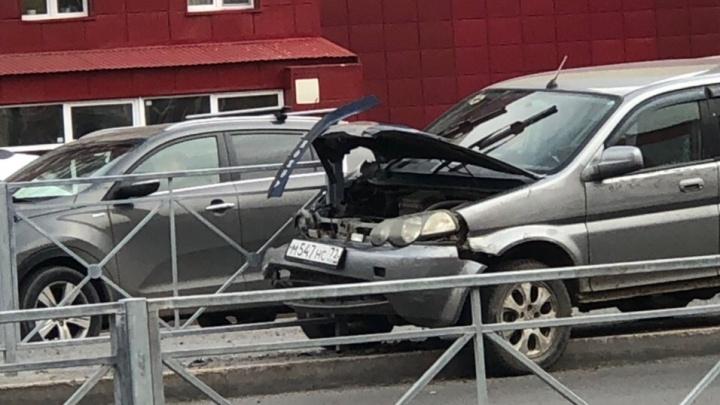 Из-за приступа эпилепсии 70-летний водитель внедорожника Honda влетел в ограждение на Пермякова