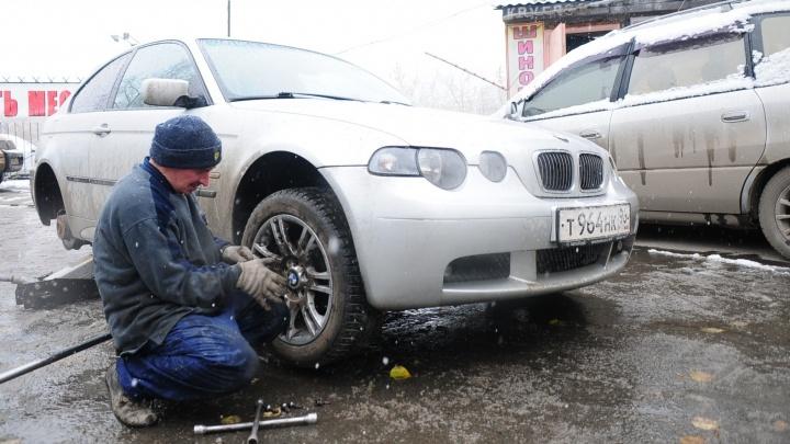 Все кинулись менять резину: на крупных шиномонтажках Екатеринбурга очередь растянулась на несколько дней