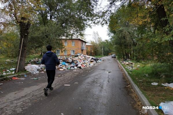 На наших глазах молодой парень проходит мимо и бросает коробку с мусором