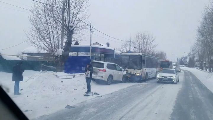 В Кольцово столкнулись такси, Lexus и автобус