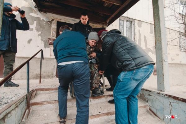 Выбираться из дома Владимиру Старостину сейчас помогают соседи и прохожие