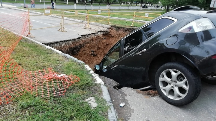 В Новокуйбышевске водитель Mazda улетел в траншею на дороге