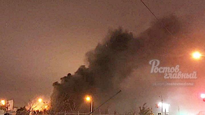 В Ростове на рынке «Фортуна» загорелись торговые павильоны