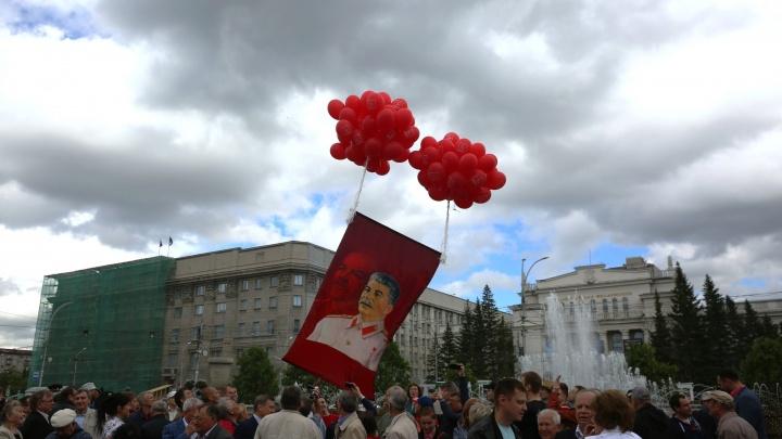 Красный день: толпа коммунистов пришла в Первомайский сквер ради дня рождения Сталина