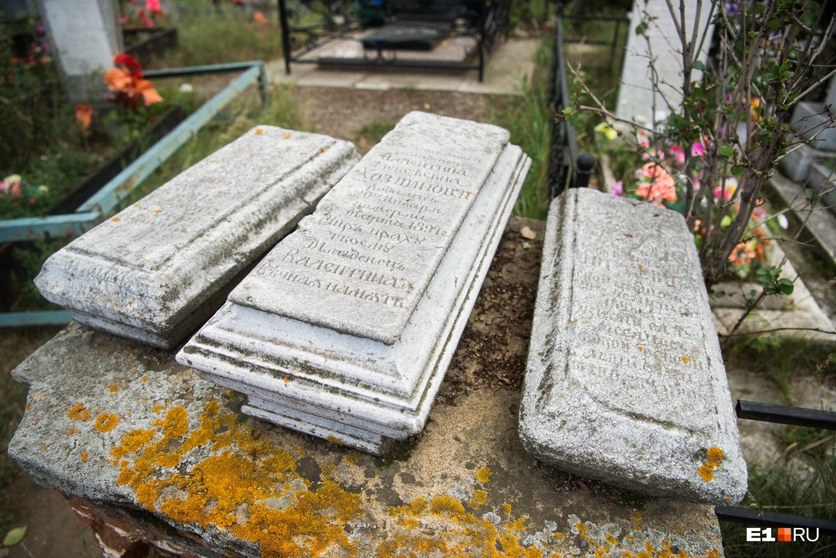 Старинные плиты и надгробия на Каслинском кладбище — обычное дело