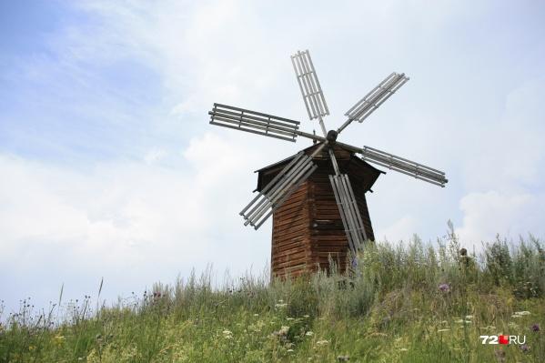 Одна из построек, по которой можно издалека определить, правильно ли вы приехали, — деревянная мельница из деревни Мочищенск