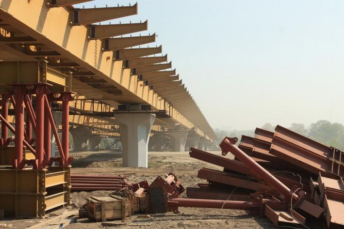 Первые опоры моста появились в марте 2010 года. Спустя год строители закончили монтировать опоры и пролеты, приступив к строительству развязок на Большевистской и путепровода на Ватутина
