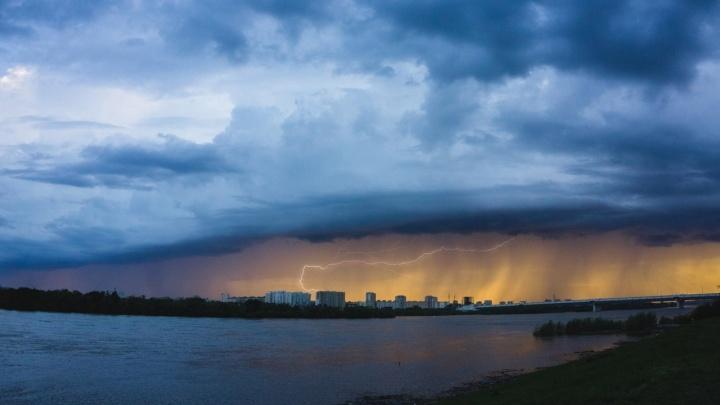МЧС предупредило омичей об усилении ветра и надвигающейся грозе