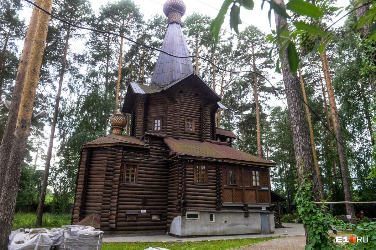 У входа на кладбище стоит Храм во имя Всех Святых