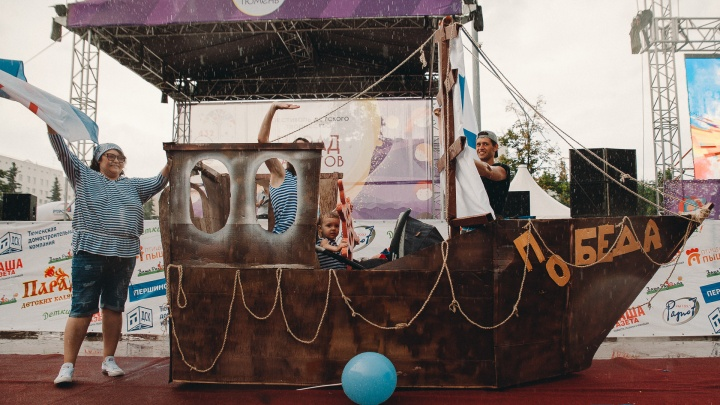 Волшебники, пираты, Царевна-лягушка и Дюймовочка: 10 лучших идей с парада колясок в Тюмени