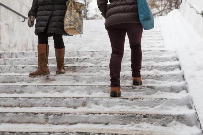 Новосибирцы часто неосторожно ходят по скользким тротуарам