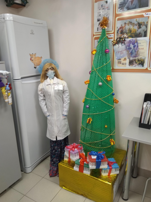 Ёлочка из лаборатории «Новой больницы». Она сделана из сетки для птичников и кустодержателей, а игрушки на ней из пряжи и втулок от бумажных полотенец