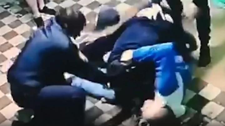 Пьяный уфимец избил полицейского под камерой видеонаблюдения и сбежал