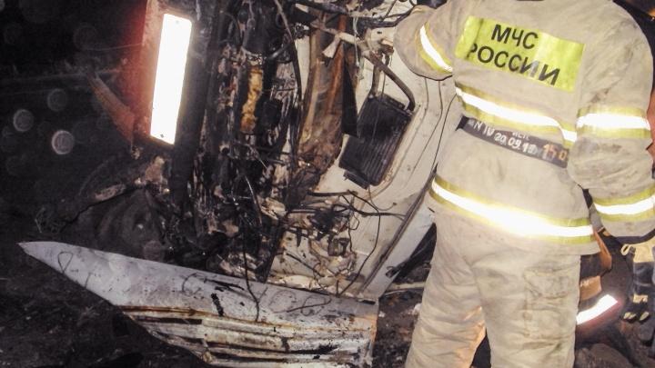 Спасатели разрезали кабину КАМАЗа, чтобы вытащить водителя после аварии на Красноярском тракте
