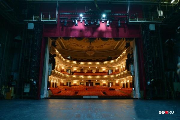 Сцене Пермского театра оперы и балета 150 лет. Взгляд со сцены в зал непривычен, не правда ли?
