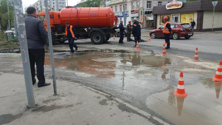 На улице Маяковского размыло асфальт из-за аварии на трубопроводе