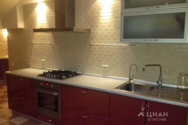 В огромной квартире и кухня большая — 50 квадратных метров