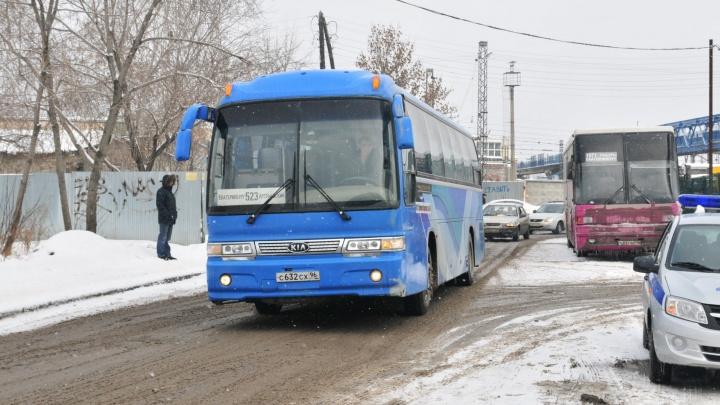 Из-за нечищеных дорог Госавтоинспекция закрыла движение автобусов в двух свердловских городах