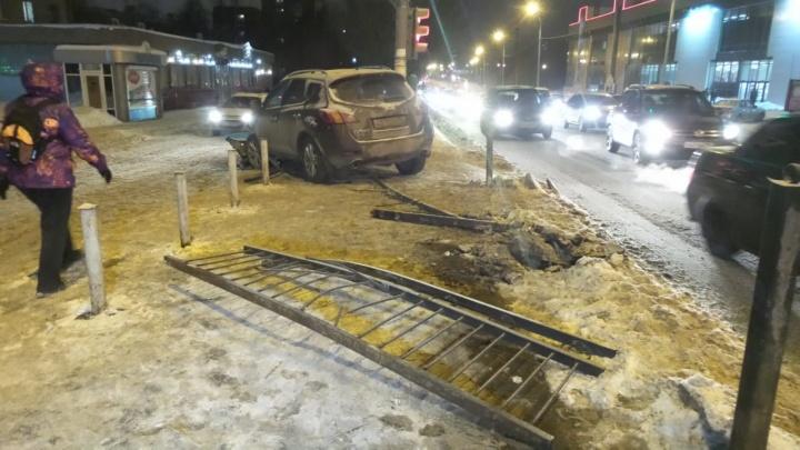 На Восточной Nissan Murano вылетел на тротуар и сбил компанию молодых людей: пострадала девушка